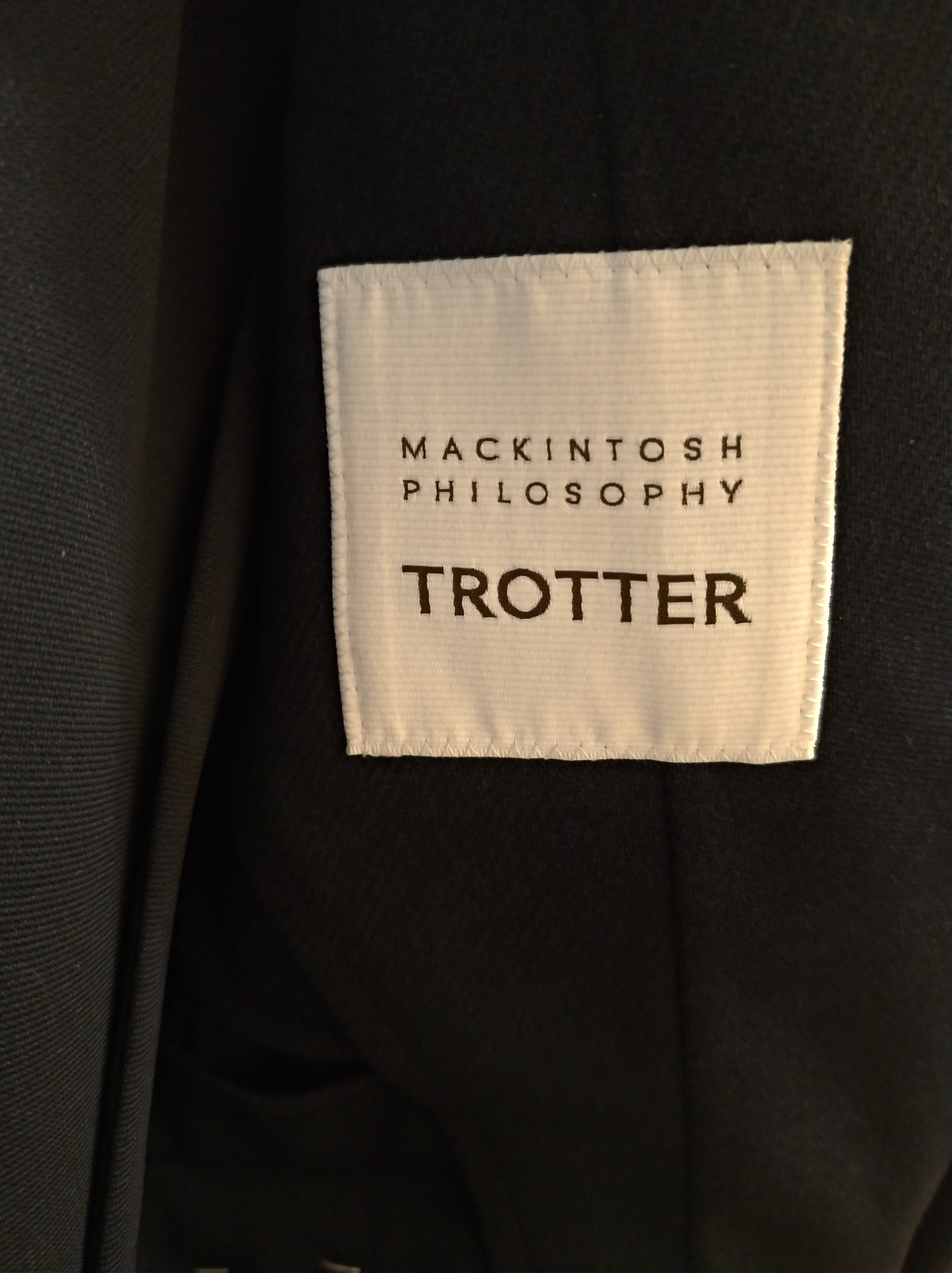 マッキントッシュ フィロソフィー トロッターシリーズのスーツ ロゴ